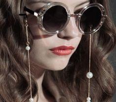 Lembram daquelas cordinhas de óculos, que provavelmente sua vó já usou ou ainda usa? Elas foram febre nos anos 80. Confira também os modelos mais cool para você testar já! Fios de sol. Cordinha de óculos. Salva óculos. Drop Pearl. FRAME CHAIN.