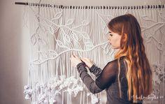 DIY – Macrame curtains with asymmetrical vine pattern – English translation Macrame Design, Macrame Art, Macrame Projects, Macrame Knots, Homemade Crafts, Diy And Crafts, Half Hitch Knot, Macrame Curtain, Paper Lace