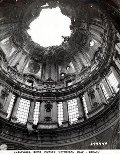 Berliner Dom - 1945 Nach Einschlag einer Flüssigkeitsbrandbombe 1944 wurde er schwer beschädigt.