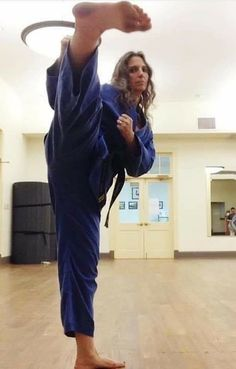 Female Martial Artists, Martial Arts Women, Martial Arts Workout, Muscular Women, Animation Reference, Art Women, Women's Feet, Yoko, Taekwondo