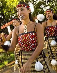 Aotearoa (NZ) young women in traditional/ceremonial dress - Polynesian Cultural Center // like the lip coloring and chin tattooing of Maori traditional dress Polynesian Cultural Center, Polynesian Culture, Papua Nova Guiné, Maori People, Long White Cloud, Maori Art, Kiwiana, People Of The World, Costume