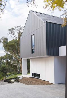 Modest, honest and robust, this modular family retreat located in the picturesque Perth Hills pays homage to the simplicity of a barn and to its owners' European heritage. haus A modular barn-style home in Perth's Darlington Steel Cladding, Red Farmhouse, Edwardian House, Exterior Cladding, Facade House, House Facades, House Exteriors, Modern Barn, Australian Homes