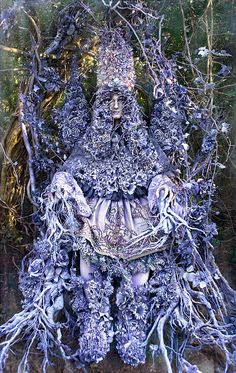 'Wonderland : The Coronation of Gammelyn' by photographer/artist Kirsty Mitchell. Kirsty Mitchell Wonderland, Alice In Wonderland, Foto Fantasy, Fantasy Art, Fantasy Photography, Fine Art Photography, Photography Flowers, Inspiring Photography, Portrait Photography