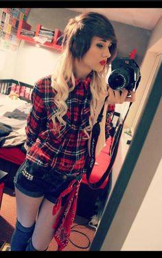 фото эмо девушек блондинок с фотоаппаратом расположившись лестнице