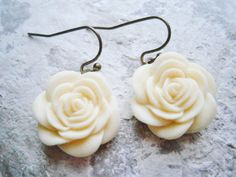 Cream+Resin+19mm+Rose+on+Antique+Bronze+by+CrimsonRoseCottage,+$20.00 Rose Cottage, Resin, Trending Outfits, Bronze, Unique Jewelry, Handmade Gifts, Drop Earrings, Cream, Antiques