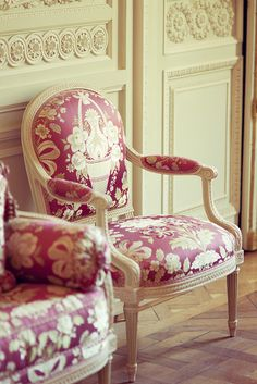 Elegant chairs - Les chaises roses - Versailles in the room for Marie Antoinette at Le Petit Trianon. Shabby Vintage, Shabby Chic, Louis Seize, Love Chair, Deco Originale, French Chairs, Antique Chairs, French Furniture, Take A Seat