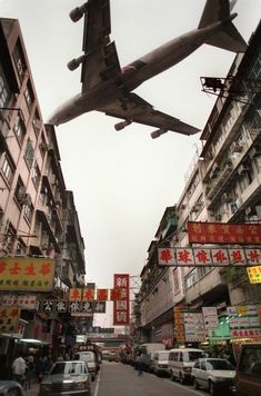 A jetliner screeches past the ageing and tatty apartment blocks of Kowloon city where aircraft landing and taking off Kai Tak international airport. Kowloon Walled City, Hong Kong Building, Kai Tak Airport, Airplane Photography, Travel Photography, Hongkong, Fear Of Flying, Vintage Design, Past