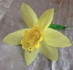 Narciso hecho con papel crepe Narcissus made with crepe paper Ribbon Crafts, Flower Crafts, Paper Crafts, Nylon Flowers, Minion Birthday, Crepe Paper Flowers, Projects To Try, Diy, Art Floral