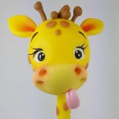 Girafa!!! #sahbiscuit #biscuit #porcelanafria #coldporcelain #masaflexible #pastadisale #pastaflexible #massinha #handmade #feitoamão #massademodelar #enfeitedemesa #safari #festainfantil #festasafari #girafa #tudoembiscuit #clay