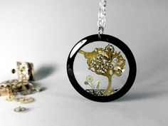 •ABOUT PRODUCT• Steampunk Transparent Pendant. Hand picked vintage watch parts and the tree of life, all trapped in resin. Our crystal clear resin, with no bubbles, will create a beautiful effect, the pendant design will change along with your choice of shirt pattern or skin color. Reversible pendant, looking and feeling amazing on both sides. Materials: -acryl or wood frame -vintage watch parts -dermatologically tested, eco-friendly resin -stainless steel chain or bronze chain -nickel and…