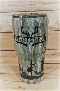 Deer in the woods tumbler. A custom pour painted stainless tumbler with hunting scene. A great hunters gift. Vinyl Tumblers, Custom Tumblers, Glitter Cups, Glitter Tumblers, Cup Crafts, Yeti Cup, Cute Cups, Tumbler Designs, Personalized Cups