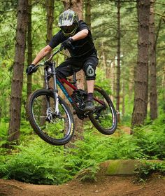A cracking photo from @timjuk8, of an unknown rider getting air at Chicksands Bike Park, UK. Follow for more great bikes and riders