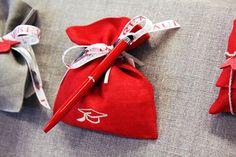 Sacchetto rosso per #bomboniera di #Laurea con nastro e #penna.