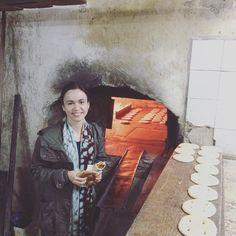 Eu passeava alegremente no souk ('feira' em Árabe) de Trablous no fim de semana passado quando o meu nariz sentindo aquele cheiro maravilhoso de pão assando levou o resto do meu corpo até a porta dos fundos de uma padaria. Um dos rapazes que trabalhava lá viu minha cara de curiosidade e me convidou pra visitar o lugar. Pude ver o passo-a-passo dessa lindeza que é fazer pão nesse caso um pãozinho delicioso bem crocante por fora e coberto de gergelim. Diante da minha empolgação o rapaz que…