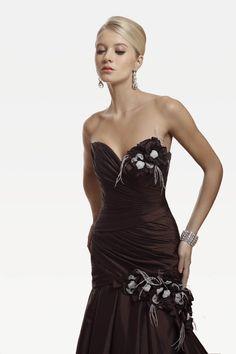 abito da sposa cioccolato con dettagli di fiori e foglie  www.protagonisti.it