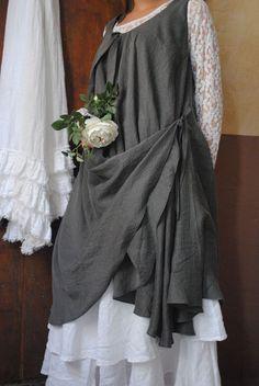 Mlle Constance : ma tunique drapée et mon jupon blanc en lin...