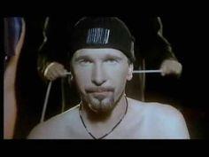 U2 - Numb    Numb è una delle poche canzoni del gruppo cantate da The Edge; è comunque l'unica tra queste ad essere stata scelta come singolo di lancio di un album. Tra l'altro è interpretata in stile simil rap con voce piatta, mentre Bono interviene solo nel ritornello con un curioso falsetto, insieme a Larry Mullen.  Il video mostra The Edge in primo piano che cerca di cantare mentre viene disturbato in tutte le maniere possibili, sia dagli altri membri della band ma anche da sconosciuti.