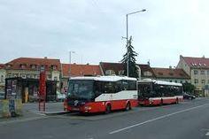 Esto es una del cuatro parnas de autobus en la  plaza. Es al lado del castillo.