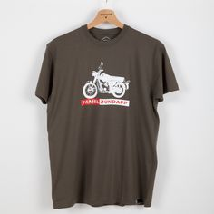 Marca de motorizadas, nascida em Águeda, Portugal em 1950.  Motorcycle brand launched in Águeda, Portugal in 1950. T-shirts Vintage, 1950, Portugal, T Shirts For Women, Mens Tops, Fashion, Wine Brands, Women's T Shirts, Filing Cabinets