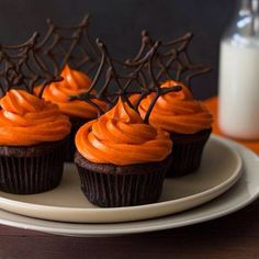 Halloween Pumpkin Chocolate Spiderweb Cupcakes These pumpkin Halloween cupcakes combine pumpkin-chocolate cake with spiced cream cheese frosting & chocolate spiderweb toppers for a fun Halloween dessert! Plat Halloween, Halloween Torte, Postres Halloween, Halloween Cupcakes Easy, Halloween Sweets, Halloween Food For Party, Halloween Recipe, Halloween Chocolate, Halloween Deserts Easy