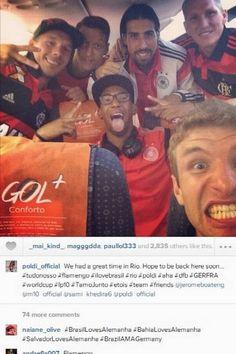 Copa 2014: Schweinsteiger e Podolski comemoram vitória da Alemanha com a camisa do Flamengo