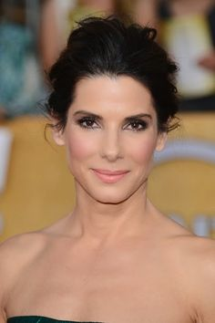 9 Of The Best Beauty Looks At The SAG Awards: Hollywood standout Sandra Bullock defied her age, showing off her facial features with a relaxed up-do and peach cheeks. Sandra Bullock Kids, Sandra Bullock The Proposal, Cool Winter, Winter Typ, Deep Winter, 90s Hairstyles, Wedding Hairstyles, Keanu Reeves Sandra Bullock, Medium Hair Styles