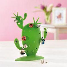 Présentoir à bijoux cactus -- Après toutes ces fêtes des mères à lui avoir offert un bijoux, il est grand temps de lui offrir le cadeau utile qui va avec : le présentoir à bijoux cactus ! Avec celui-ci, votre maman profitera de ses bijoux même sans les porter !