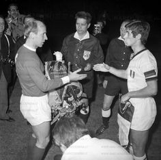 Milan Manchester U. 1969 semif. Coppa Campioni scambio di Gagliardetti tra i Capitani Bobby Charlton e Gianni Rivera prima dell'incontro