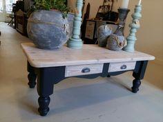 """Gerestylde massiefgrenen salontafel. Met nieuwe komgreepjes in de kleur """"warm black"""" met white wash bovenblad"""