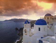 Te mostramos los pueblos más curiosos de Europa: el de Pinocho, en un acantilado, de colores… Tú eliges. En la imagen Oia, Santorini, Grecia.