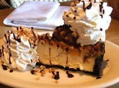 Cheesecake Factory: Snickers Cheesecake Recipe - - This Snickers Cheesecake tastes identical to the one they serve up at the Cheesecake factory made with Oreos and Snickers. Garnish with fudge topping and whipping cream. The Cheesecake Factory, Cheesecake Pops, Cheesecake Aux Snickers, Snickers Torte, Snickers Candy Bar, Cheesecake Desserts, Chocolate Cheesecake, Dessert Recipes, Chocolate Wafers