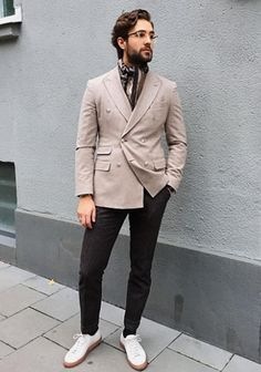 【秋】ベージュダブルジャケット×グレースラックス×白スニーカーの着こなし(メンズ) | Italy Web