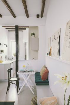 A charming loft in the Madrid neighborhood of Malasaña - Home Design & Interior Ideas Design Studio, Deco Design, House Design, Stil Inspiration, Interior Inspiration, Mini Sala, Diy Home Decor, Room Decor, Turbulence Deco