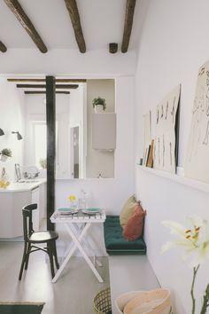 ¡Blanco refrescante en una pequeña buhardilla muy mediterránea!   Decorar tu casa es facilisimo.com