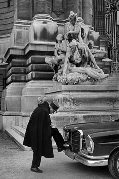Paris, 1967 (In front of the Petit Palais museum) HCB