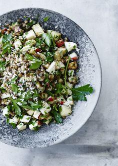 Brug de bedste nordiske råvarer til at lave en sund salat med rugkerner, æbler, selleri, persille og bid fra peberrod.