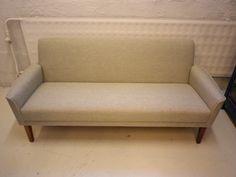 50-luvun Askon valmistama pieni sohva, pehmusteet vaihdettu ja uudelleen verhoiltu. Sohva on myynnissä MYYTY