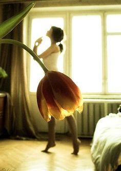 チューリップのスカート。 手前の花と奥の女性が重なって、まるでチューリップのスカートを身につけているかのように見えるロマンチックな1枚です。