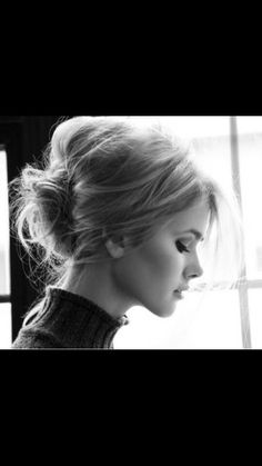Messy chignon hair Beauty Tutorials: Hair tutorials love her hair Hair My Hairstyle, Messy Hairstyles, Pretty Hairstyles, Vintage Hairstyles, Casual Hairstyles, African Hairstyles, Latest Hairstyles, Summer Hairstyles, Holiday Hairstyles