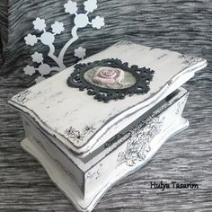 para marco y decoupage Decoupage Wood, Decoupage Vintage, Vintage Crafts, Decoupage Ideas, Handmade Jewelry Box, Small Jewelry Box, Painted Boxes, Wooden Boxes, Creative Box