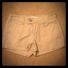 ❤️40% Off Bundle❤️Gap Khaki Shorts Excellent condition! True to size. Pricing low doesn't mean it's worth any less than the others or it has any flaws. Just offering a good deal to have more space in my closet. GAP Shorts
