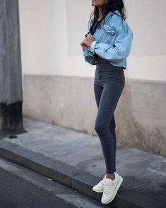 Jeans Outfit on point! Und dazu natürlich Sneaker ;) Foto: https://www.instagram.com/poseandrepeat/