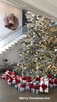 Gold Christmas Decorations, Christmas Tree Themes, Christmas Mood, Elegant Christmas, Noel Christmas, Beautiful Christmas, All Things Christmas, Holiday Decor, Kylie Christmas
