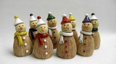 Sněhuláček - na objednávku Ze šamotové hlíny, výška cca 10 cm. Můžete použít i k dekoraci vašeho vánočního truhlíku venku i v interieru - na spodní straně otvor na tyčku. Vše ručně modelované, může se malinko lišit. CENA ZA KUS