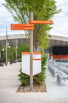 To support the user experience, 5 customised signage columns have been developed. They mark out the space while remaining true to Roland Garros' emblematic colours and charter. Environmental Graphic Design, Environmental Graphics, Wayfinding Signage, Signage Design, Exterior Signage, Entrance Sign, Exhibition Display, Shed Storage, Craft Shop
