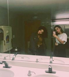 Amandla Stenberg and Rowan Blanchard Angie and Wes Aesthetic People, Red Aesthetic, Aesthetic Pictures, Troye Sivan, How To Pose For Pictures, Rowan Blachard, Pretty People, Beautiful People, Selfies