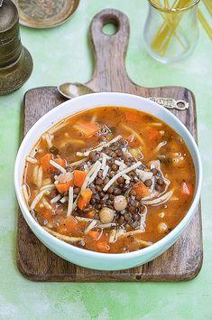 Moja smaczna kuchnia: Zupa z soczewicą, ciecierzycą i pomidorami z makar... Stuffed Pepper Soup, Stuffed Peppers, Soup Recipes, Thai Red Curry, Chili, Lunch, Ethnic Recipes, Food, Noodles