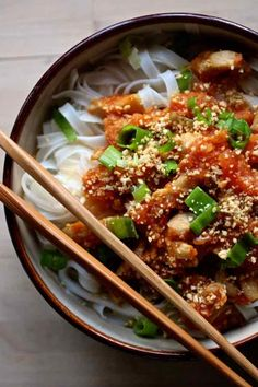 Shan noodles are an easy Burmese recipe where chicken or pork cooked in tomatoes, is served over a bed of rice noodles, sometimes served with broth. Asian Noodle Recipes, Healthy Asian Recipes, Vegetarian Recipes, Healthy Ramen, Burmese Food, Easy Meals, Noodles, Garlic Chips, Thermomix