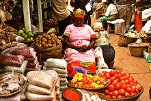 Your visit to Kampala in Uganda will be incomplete without visiting the Nakasero market, located at the foot of Nakasero hill. It sells fresh food, textiles, shoes and cheap electronics. Paises Da Africa, East Africa, World Market, Africa Travel, Street Food, Marketing, Cheap Electronics, Babywearing, Limes