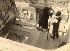Frédéric Boissonnas photographiant le Parthénon à Athènes juché sur une plate-forme